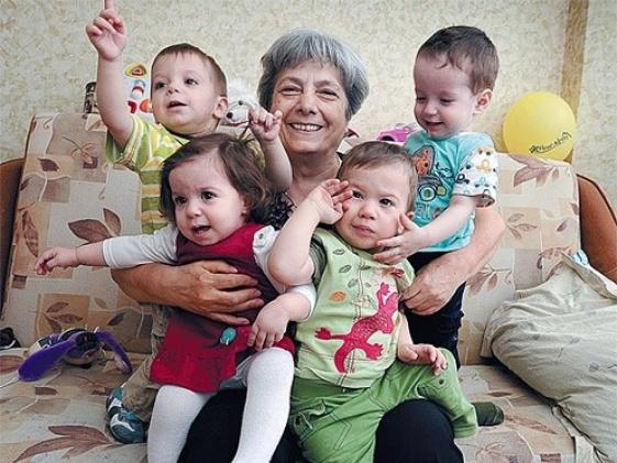 Ламара Келешева с внуками