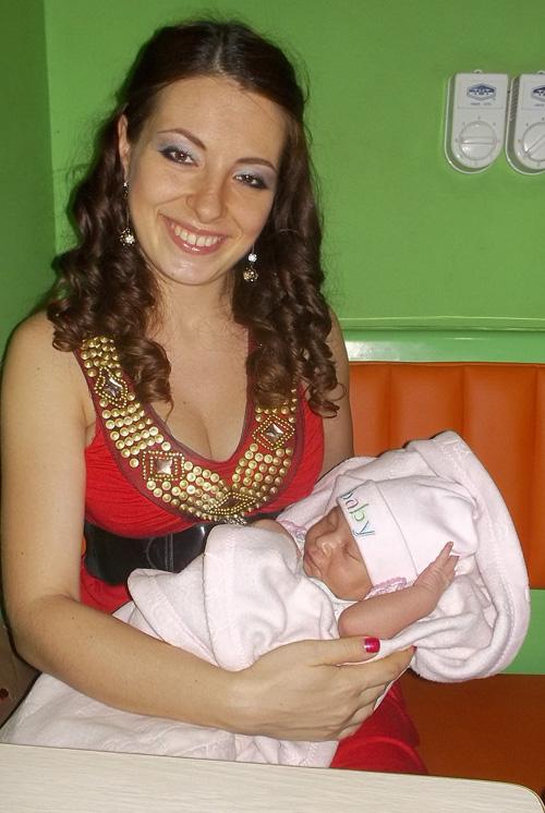Катя с новорожденной дочкой