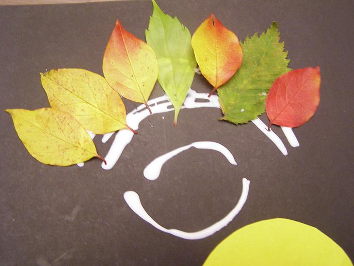Осенняя поделка из листьев на картоне