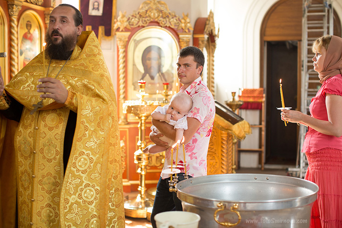 Что должны делать крестные родители во время крещения