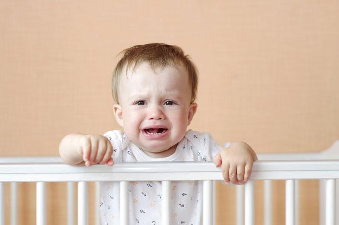 Младенец испытывает стресс от одиночества