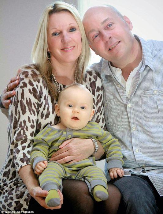 Debbie Hughes с мужем и сыном